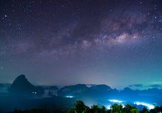 Panorama der Landschaft mit Milchstraße-nächtlichem Himmel mit Sternen stockbild