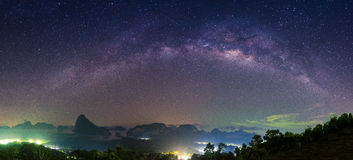 Panorama der Landschaft mit Milchstraße-nächtlichem Himmel mit Sternen lizenzfreies stockfoto