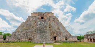Panorama der Mayapyramide des arch?ologischen Bereichs von Uxmal, gesehen von der Front lizenzfreie stockbilder