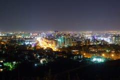 Panorama der Nacht Almaty lizenzfreie stockfotos