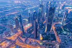 Panorama der Nacht Dubai während des Sonnenuntergangs Lizenzfreie Stockbilder