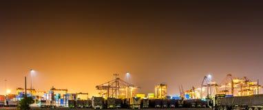 Panorama der Nacht am Industriehafen Lizenzfreies Stockbild