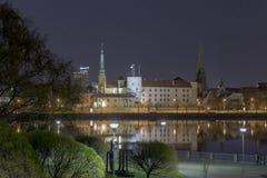 Panorama der Nacht Riga, Hauptstadt von Lettland Riga-Schlossnachtansicht lizenzfreie stockfotos