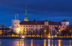 Panorama der Nacht Riga, Lettland lizenzfreie stockfotos