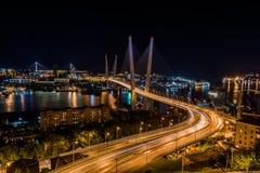 Panorama der Nacht Wladiwostok Die Brücke durch ein Bucht goldenes Horn Stockbild