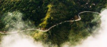 Panorama der Natur Die Straße unter Teeplantagen Die Straße vom quadcopter Kurvenreiche Straße in den Bergen Landschaften von Sri lizenzfreies stockbild