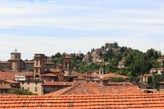 Panorama der oberen Stadt Citta Alta mit Hügel San Vigilio in Bergamo Stockbild