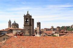 Panorama der oberen Stadt Citta Alta mit Türmen in Bergamo Lizenzfreie Stockfotografie