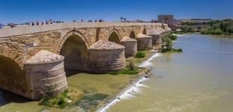 Panorama der römischen Brücke und des Stadttors in Cordoba stockbilder