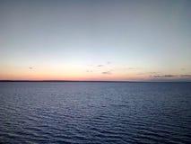 Panorama der russischen Natur der Wolgas, Damm bei Sonnenuntergang, See, Wasser, Meer Lizenzfreie Stockbilder