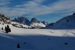 Panorama der schneebedeckten Berge Lizenzfreie Stockfotografie