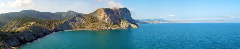 Panorama der Sommer-Landschaft mit Meer und Gebirgszug stockfotografie