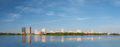 Panorama der Stadt auf Fluss Lizenzfreies Stockfoto