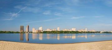 Panorama der Stadt auf Fluss Stockfotografie