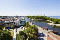 Panorama der Stadt Kolobrzeg und des Hafenkanals Stockfotografie