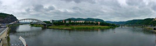 Panorama der Stadt mit Fluss Lizenzfreie Stockfotografie