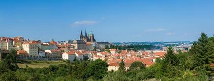 Panorama der Stadt mit Kathedrale, Schloss, Fluss und Schlossdorf Lizenzfreies Stockfoto