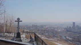 Panorama der Stadt Sonniger Tag Kalte Schatten Moderne Gebäude Architektur Monument mit Kreuz stock footage