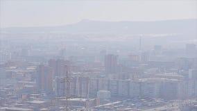 Panorama der Stadt umgeben durch Berge Sonniger Tag Kalte Schatten Backsteinbauten Architektur stock footage