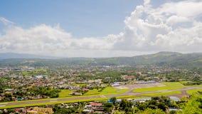 Panorama der Stadt von Legazpi auf dem Hintergrund des Flughafens Luzon, Philippinen Timelapse Stockbild