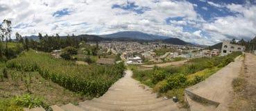 Panorama der Stadt von Otavalo und von umgebenden Bergen Stockbilder