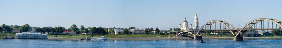 Panorama der Stadt von Rybinsk mit der Flussstation, Transfigurations-Kathedrale und der Automobilbrücke lizenzfreie stockfotografie