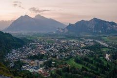 Panorama der Stadt von schlechtem Ragaz vor dem hintergrund der Schweizer Alpen bei Sonnenuntergang schlechtes ragaz die Schweiz Stockfotografie