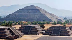 Panorama der Teotihuacan Pyramiden Stockbilder