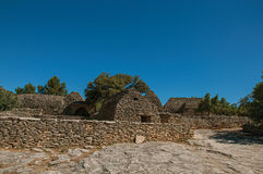 Panorama der typischen Hütte gemacht vom Stein mit ummauertem Zaun und sonnigem blauem Himmel, im Dorf von Bories, nahe Gordes Lizenzfreie Stockfotografie