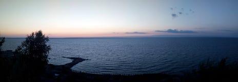 Panorama der Wolgas, russische Natur, Damm bei Sonnenuntergang, See, Wasser, Meer mit Pier Panoramisches Foto Stockfotos