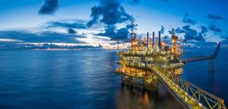 Panorama der zentralen Verarbeitungsplattform des Öls und des Gases im Dämmerungs-, Energie- und Energiegeschäft lizenzfreie stockfotografie