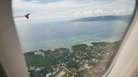 Panorama des îles philippines de la fenêtre d'un avion de vol Tir pendant un vol au-dessus du tropical clips vidéos