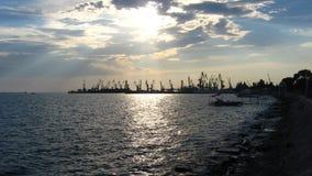 Panorama des Abendmeeres mit Docks Stockfotografie