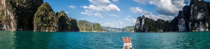 Panorama des Abenteuers bei Khao Sok, tradiotional thailändisches Boot. Asien lizenzfreie stockfotografie