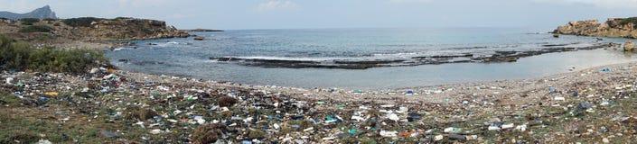 Panorama des Abfalls auf dem Strand lizenzfreies stockbild