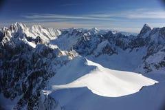 Panorama des Alpes français avec des gammes de montagne couvertes dans la neige en hiver Photos stock