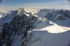 Panorama des Alpes français avec des gammes de montagne couvertes dans la neige en hiver Images stock