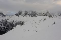 Panorama des Alpes français avec des gammes de montagne couvertes en neige et nuages en hiver Images libres de droits