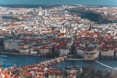 Panorama des alten Teils von Prag vom Petrin-Turm Schöne Ansicht über die Brücken über dem Fluss die Moldau Alte Stadt lizenzfreie stockfotos