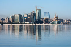 Panorama des bâtiments dans la baie de Bakou, Azerbaïdjan le 26 juillet 2015 Image libre de droits