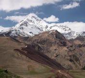 Panorama des Bergs Kazbek im sonnigen Wetter lizenzfreie stockfotografie