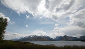 Panorama des Bergs Moran und großartiges Teton ragt unter Kumuluswolken bei Jackson Lake in großartigem Nationalpark Teton in Wyo stockbild
