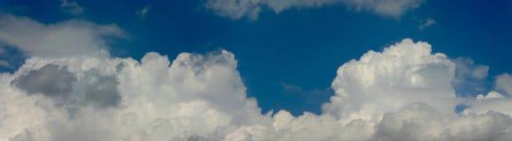 Panorama des bewölkten Himmels Stockbild