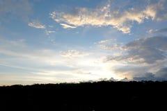 Panorama des blauen Himmels mit Wolken stockfotografie