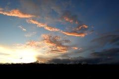 Panorama des blauen Himmels mit Wolken Stockbild