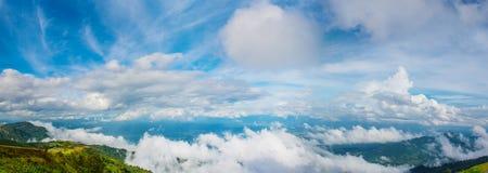 Panorama des blauen Himmels und schöne Wolkenform Bild für Hintergrund und Tapete stockbild