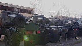 Panorama des camions militaires se tenant dans le parking Nouvel équipement militaire banque de vidéos