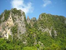 Panorama des collines verdoyantes en Asie du Sud-Est Photos stock