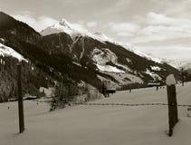 panorama des crêtes alpines vues par derrière la barrière Photo stock