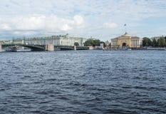 Panorama des Dammes des Flusses Neva Ansicht der Admiralität und die Einsiedlerei- und Palastbrücke in St Petersburg, Russland Stockbilder